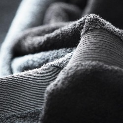 Håndklæder og fleeceplaid med tryk og broderi